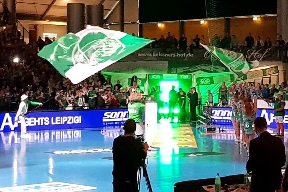 Mit Spektakel werden die Spieler des SC DHfK begrüßt