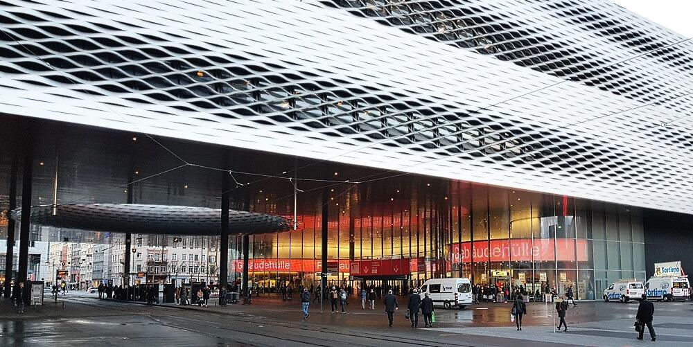 Selbstbewusst und hochmodern präsentiert sich in Basel die futuristisch anmutende Messehalle 1 Süd