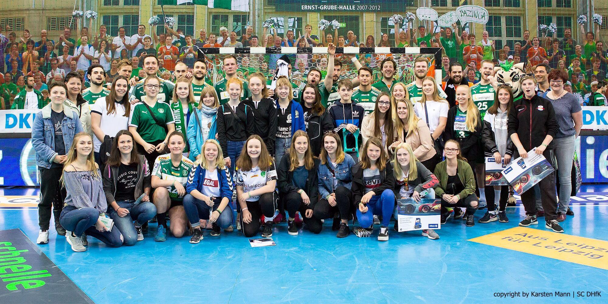 Gruppenfoto, wie es sich wohl jeder Handball-Fan wünscht.