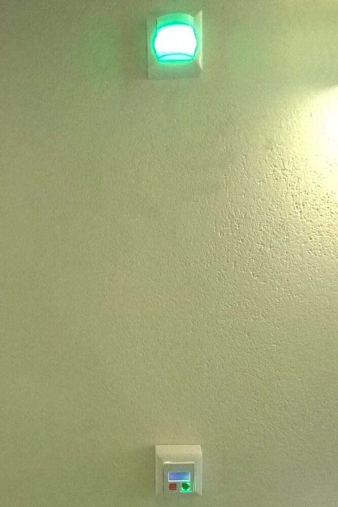 Lichtruf: Zimmerlampe und Displaytaster