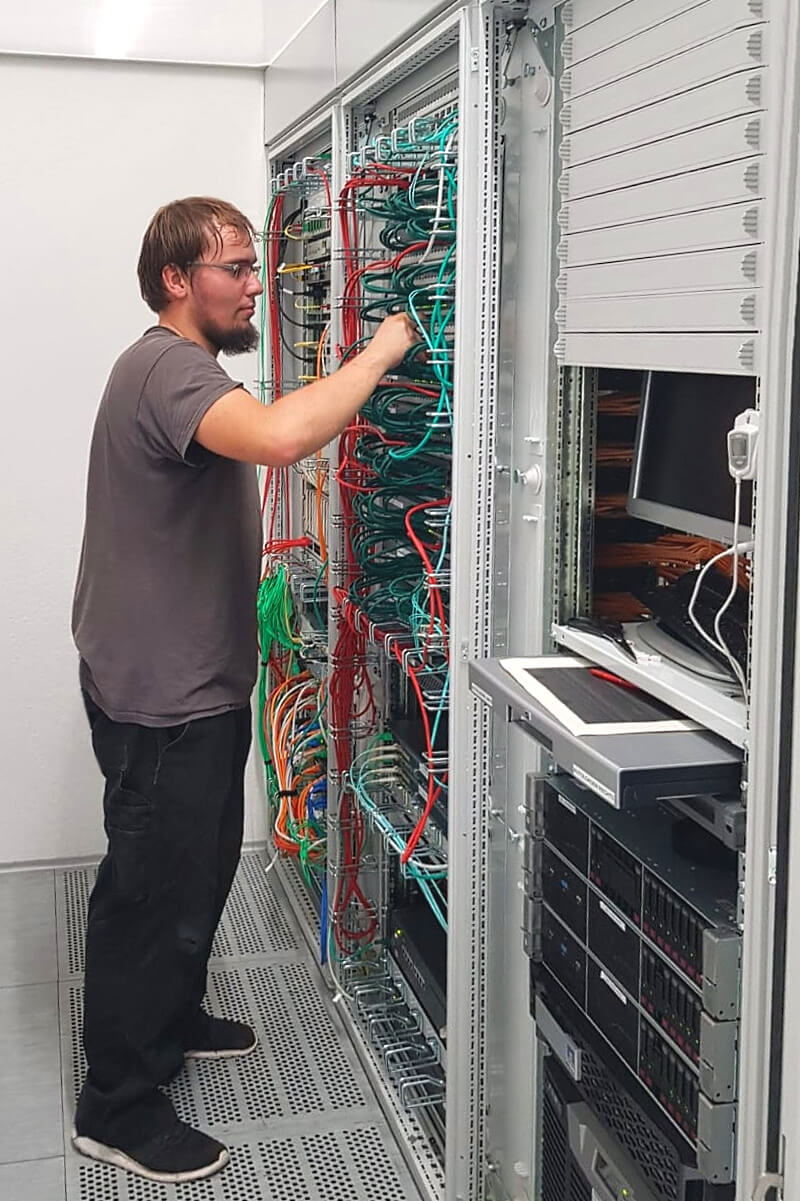 Gehört zum Job eines Elektronikers: Verkabelung aktiver Komponenten einer Datenzentrale